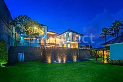5 Bedrooms Spacious Villa Near The Beach